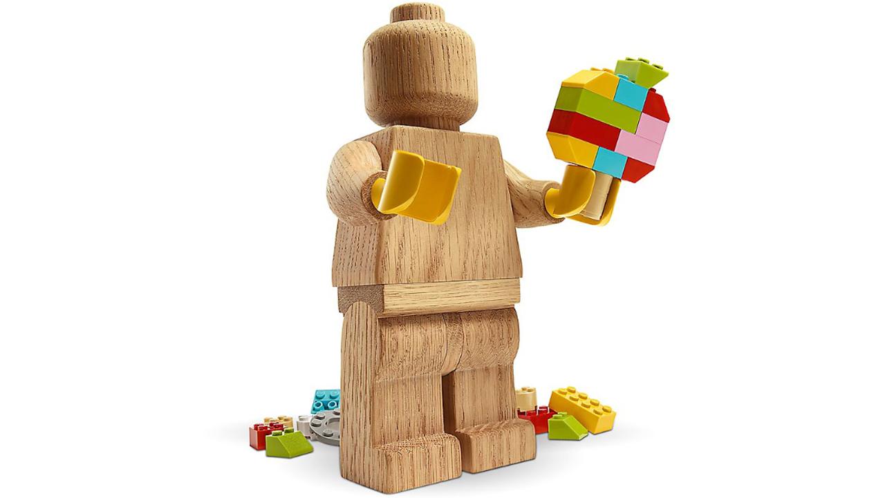 Lego vuelve a sus raíces y lanza figuras para decorar en madera