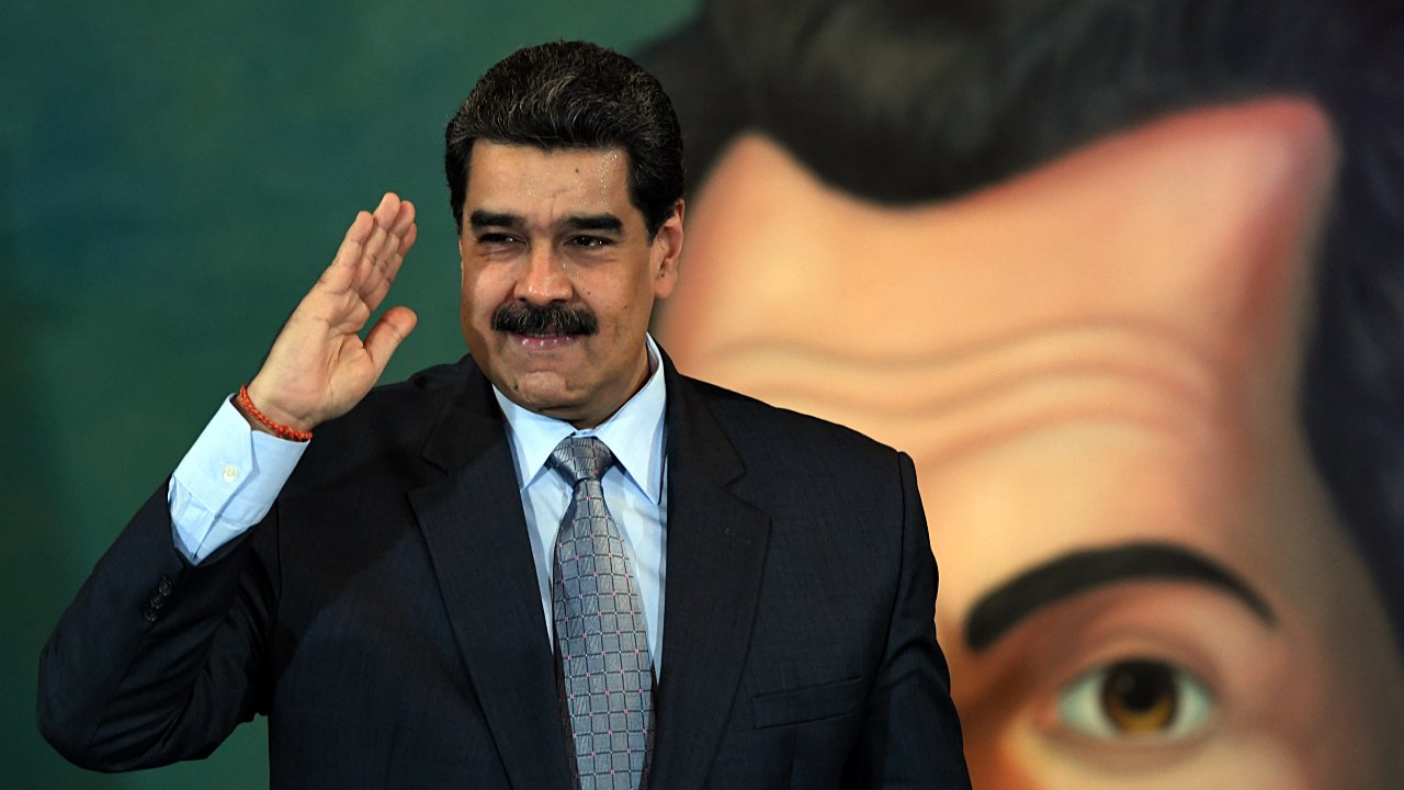 Maduro analiza subir precio de la gasolina en Venezuela ante escasez