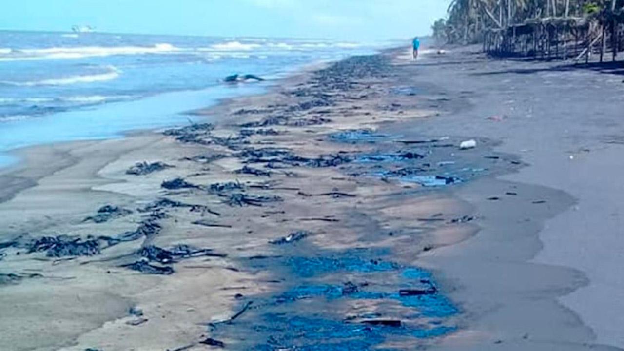 Cierran playas en Tabasco por derrame; Pemex niega fuga