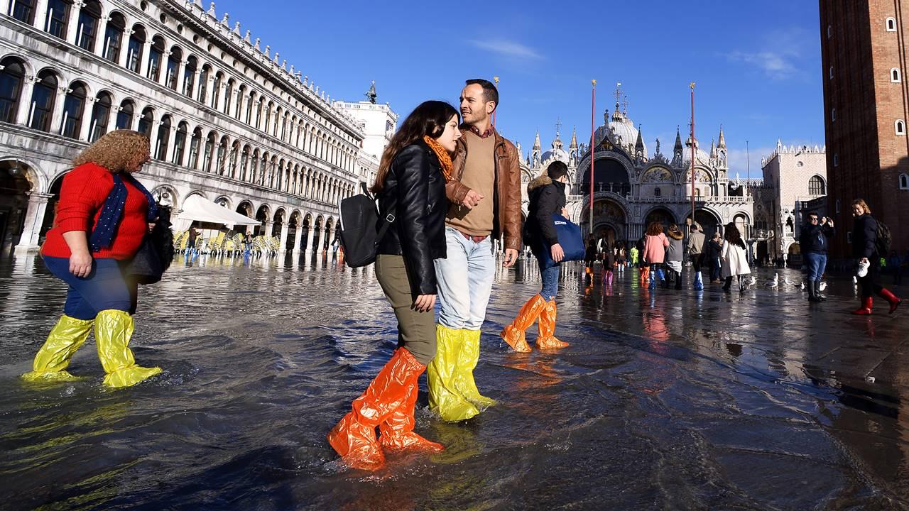 Mientras turistas disfrutan Venecia, decretan estado de emergencia por inundación