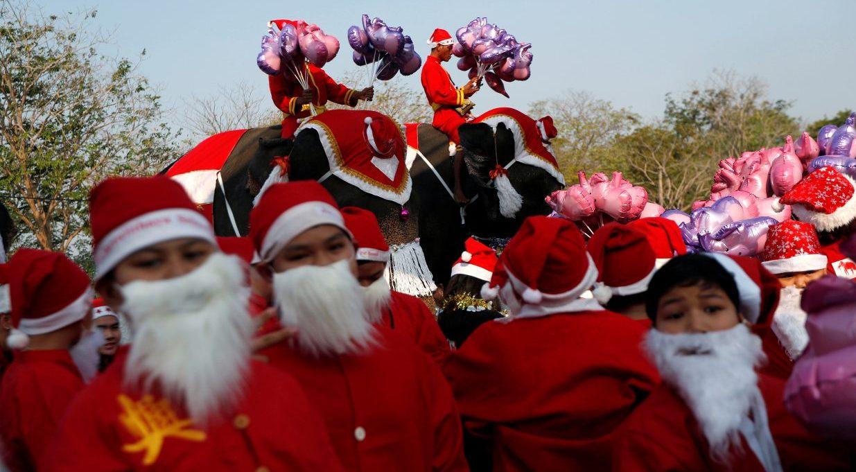 Elefantes vestidos de Santa Claus reparten regalos en Tailandia