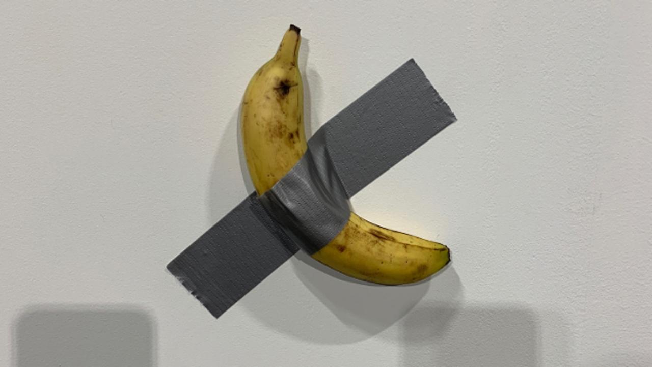 Venden banana como obra de arte en US$120,000 y se la comen en exhibición
