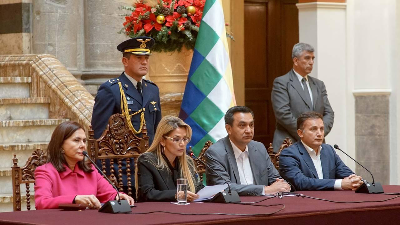 España da 72 horas a funcionarios bolivianos para salir del país
