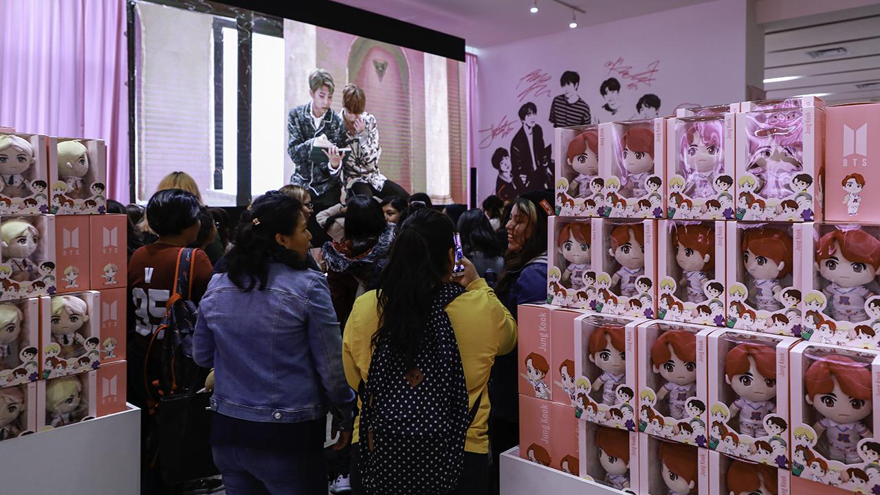 Tienda temporal de BTS abre en CDMX con cientos de fans (+video)