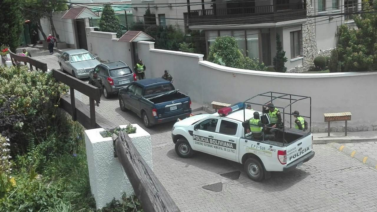 Continúa vigilancia policial y con drones a embajada mexicana en Bolivia