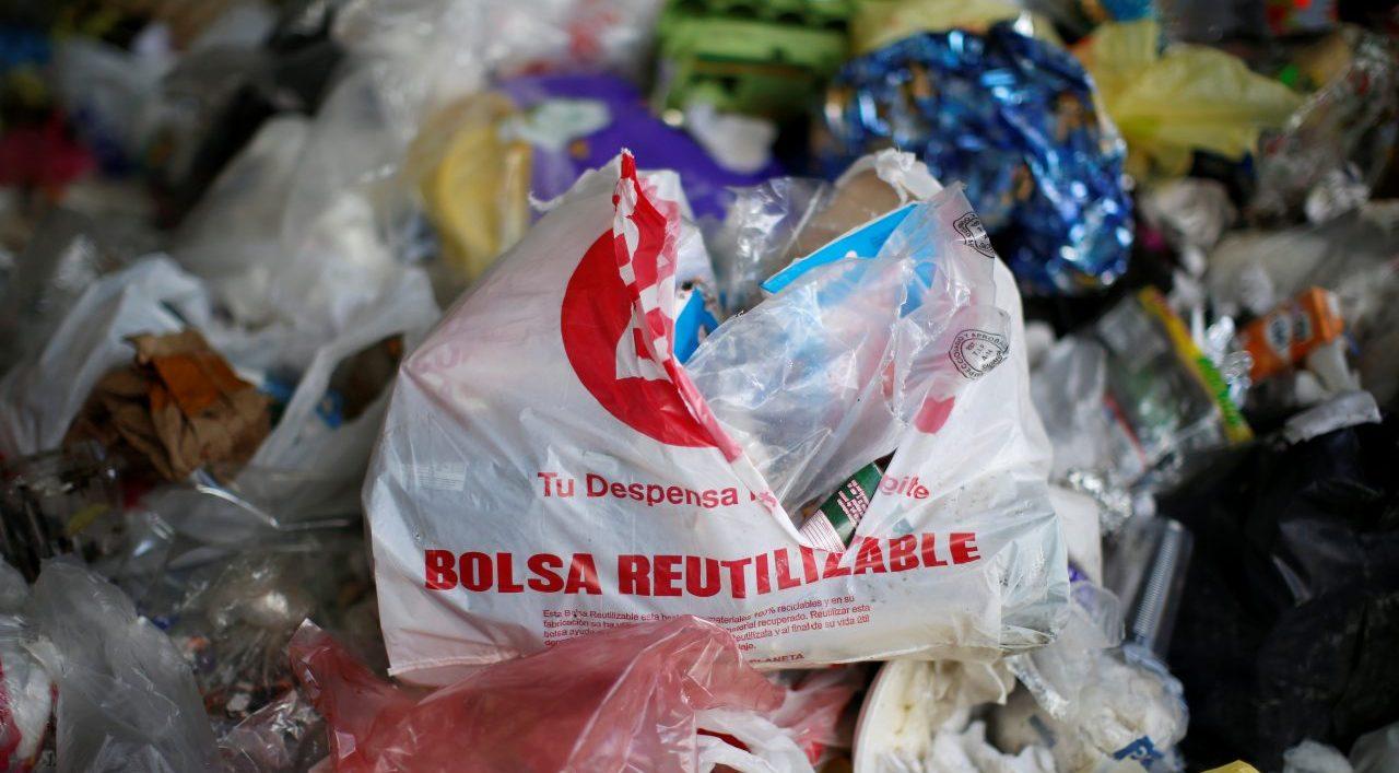 Preparan campaña para defender bolsas de plástico: las de tela contaminan más, aseguran