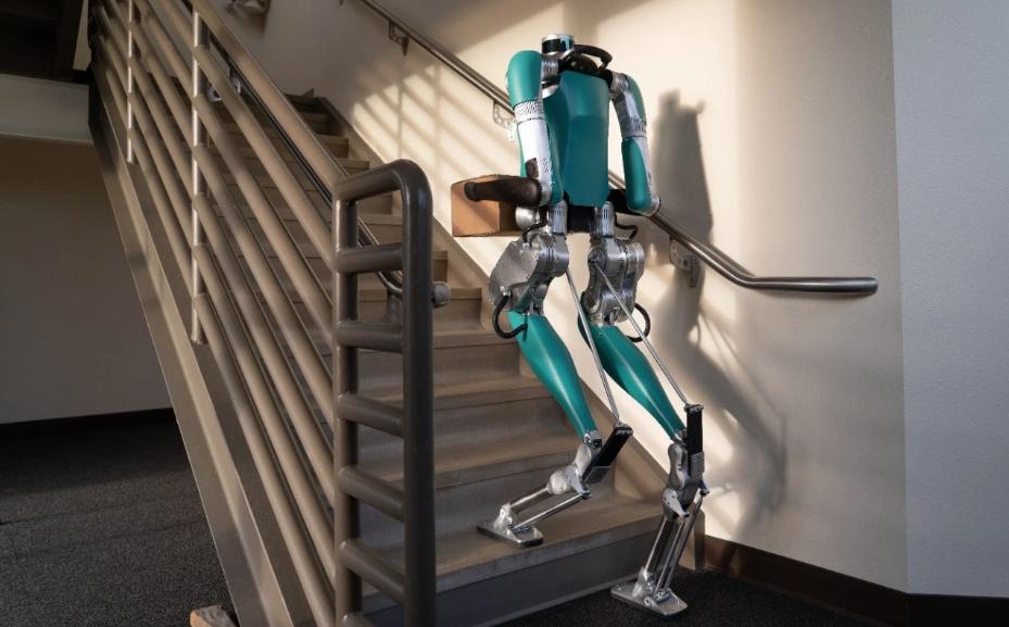 Ford pone a prueba a Digit, un robot que camina y levanta paquetes de 20 kilos