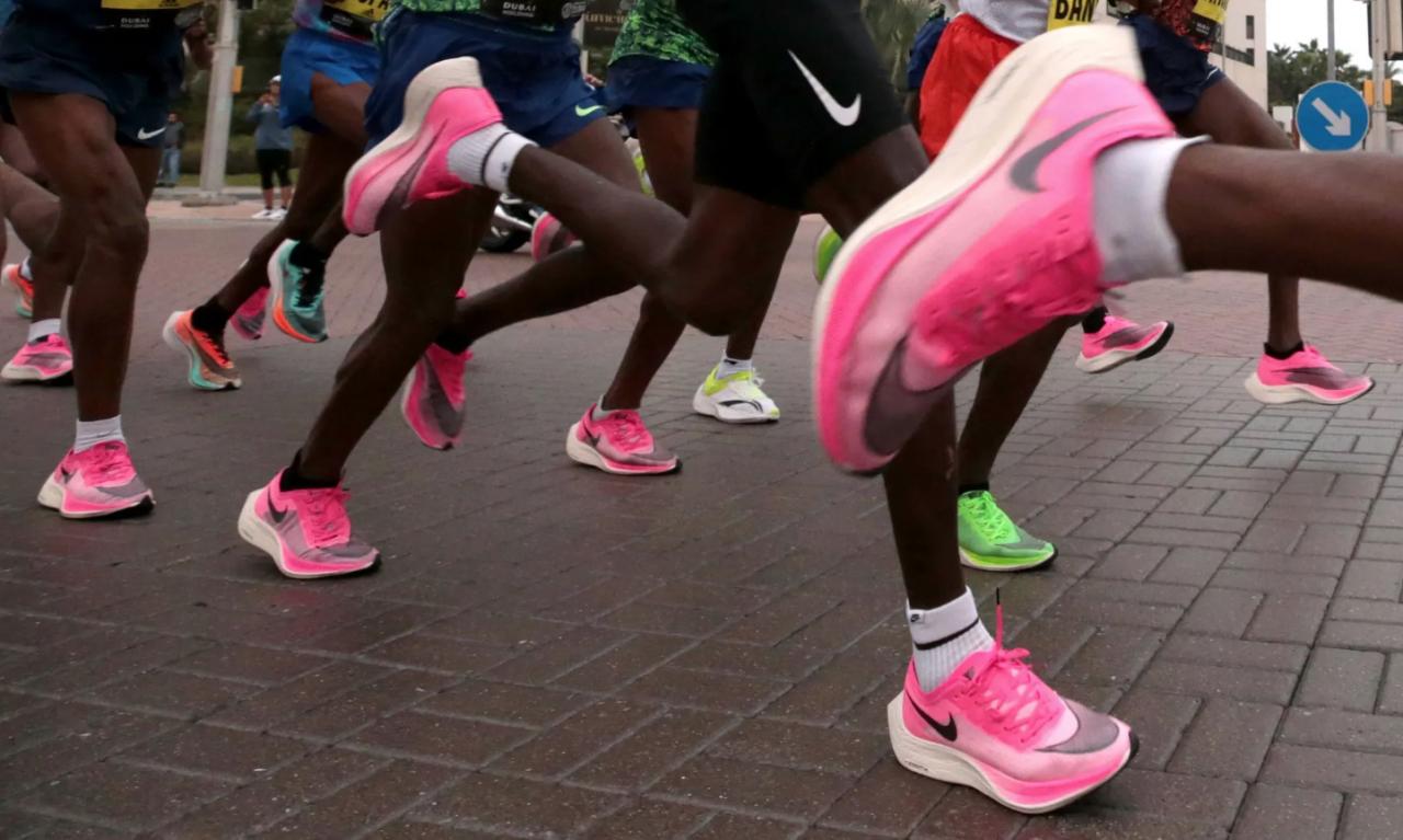Prohiben los tenis Nike del corredor que batió el récord del maratón