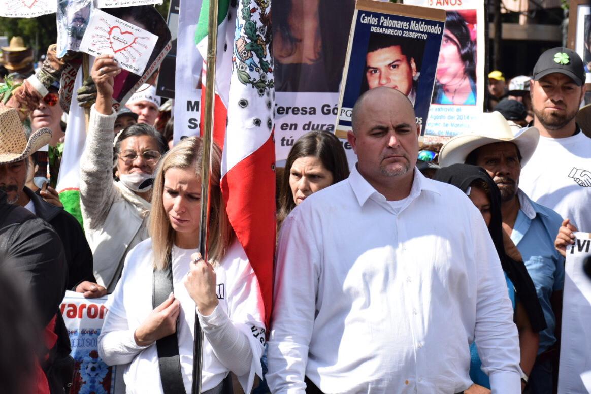 Le Barón y Sicilia saludan a padres de los 43; no se unen a la marcha
