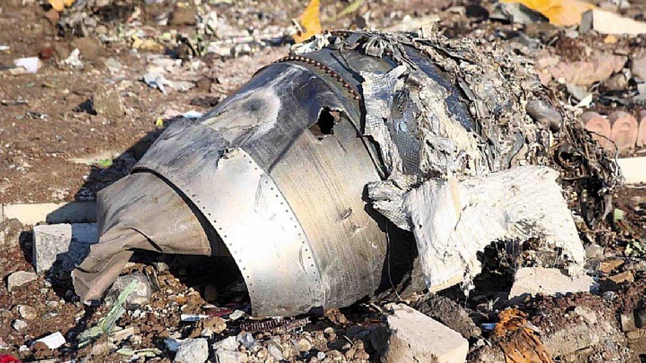 NYT revela que un misil habría impactado avión caído en Teherán
