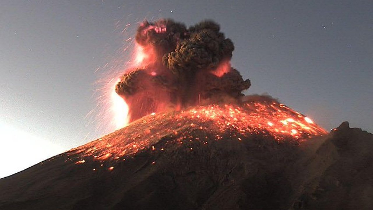 Popocatépetl sorprende esta mañana con impresionante explosión