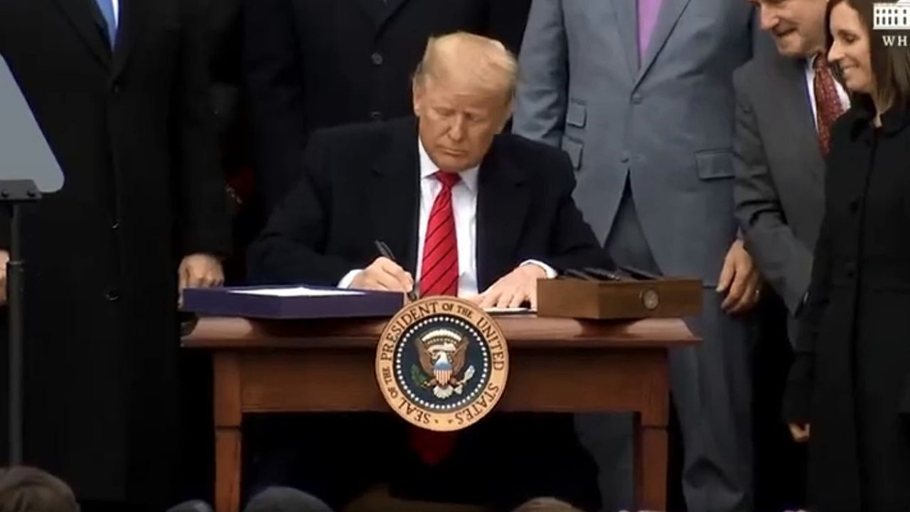 Trump firma plan de ayuda de 2.2 bdd por Covid-19