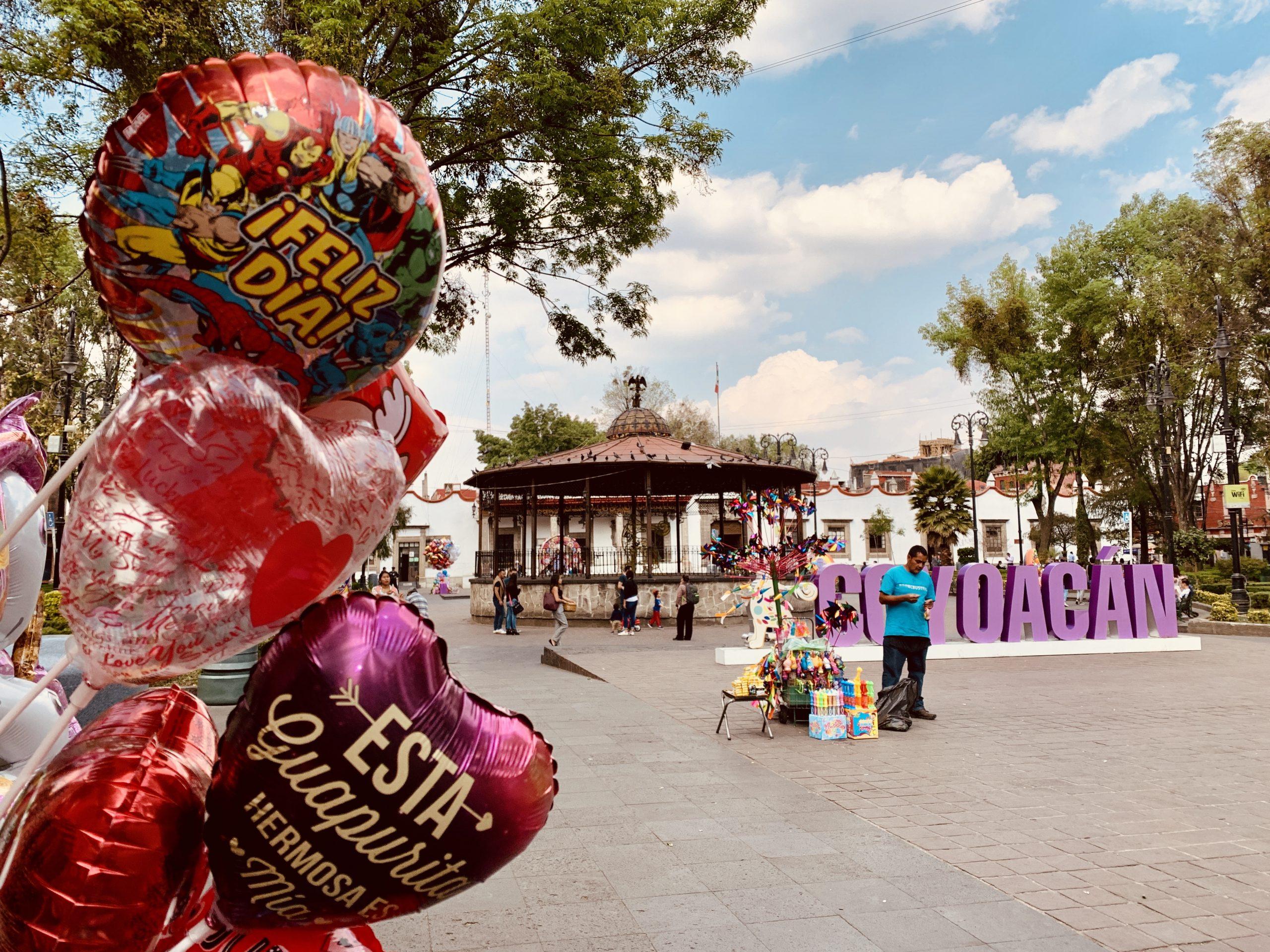 Regulaciones al plástico 'desinflan' negocio de globos por Día de San Valentín