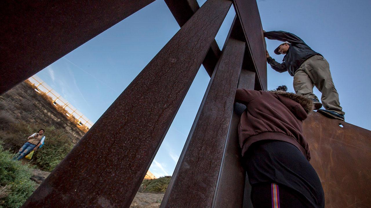 Funcionarios de Biden visitan frontera EU-México ante aumento de migración