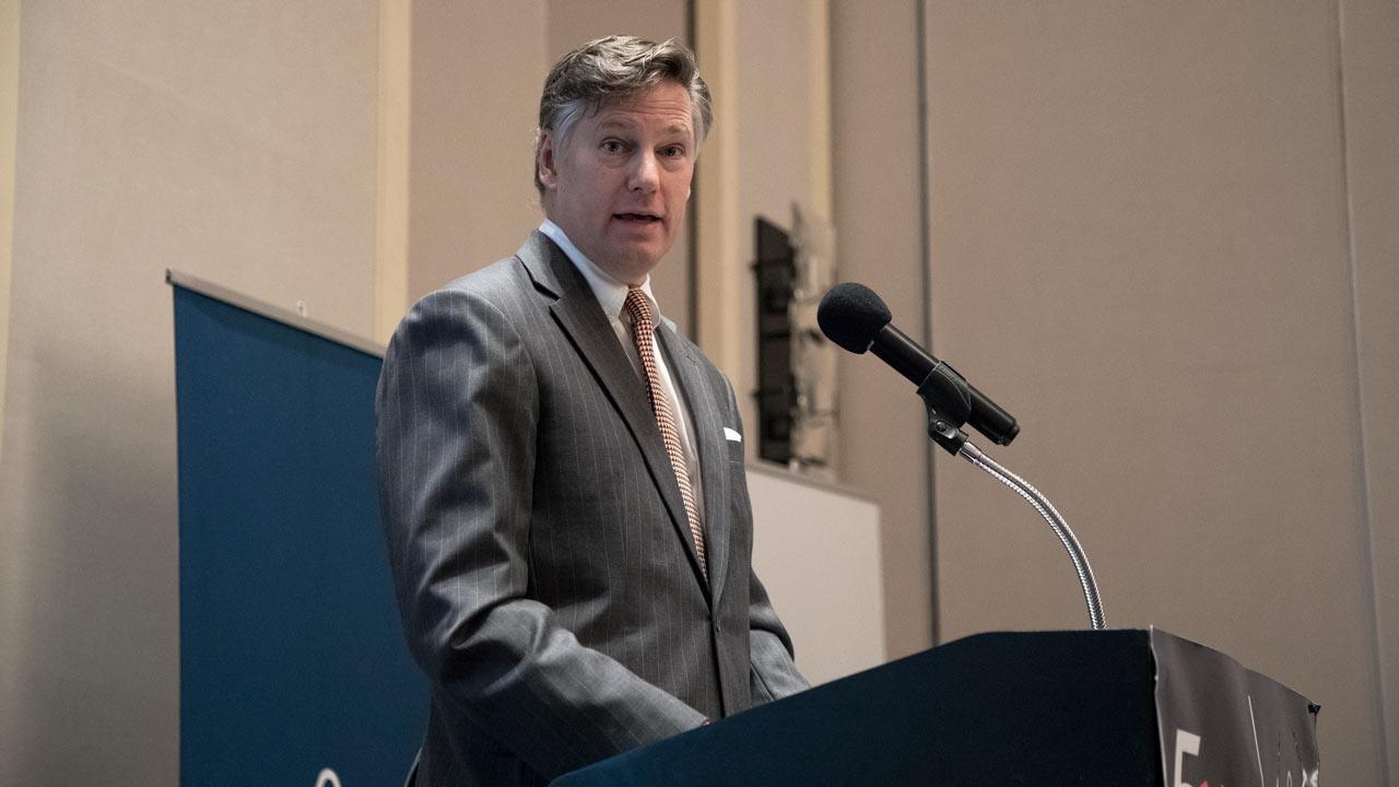 Embajador de EU en México pide a connacionales que regresen por el coronavirus