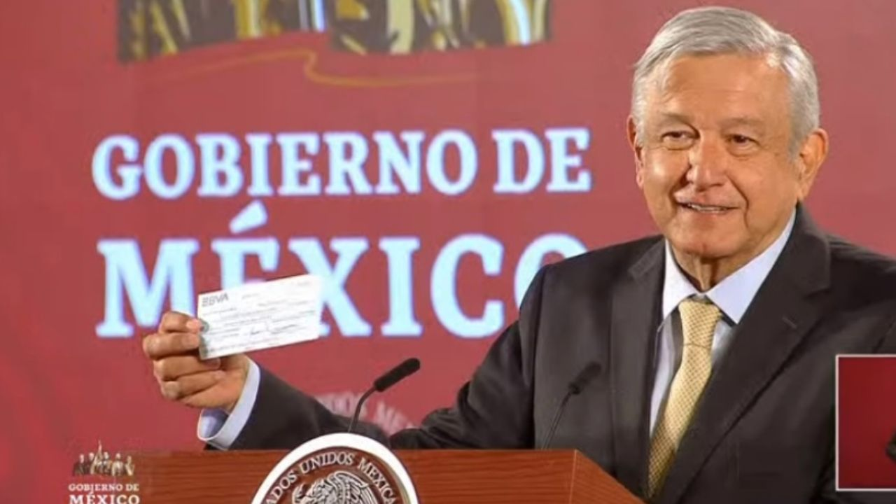 AMLO presume cheque de 2,000 mdp recuperados por el combate a la corrupción