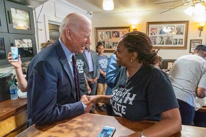60 multimillonarios respaldan financieramente a Biden