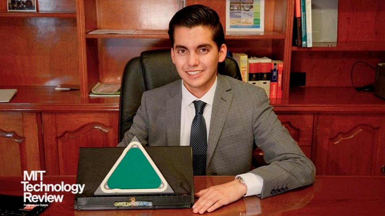 Joven mexicano, 'Inventor del Año' por paneles solares creados con microalgas