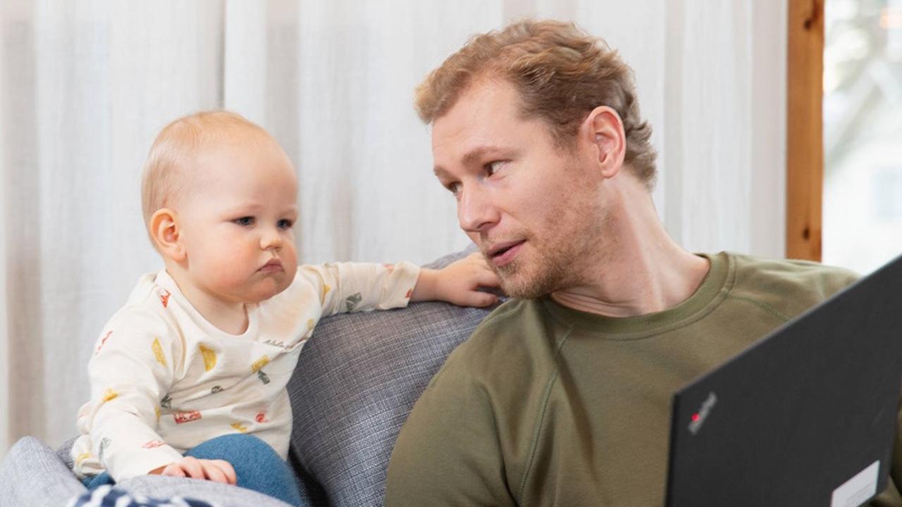 Finlandia da a nuevos padres la misma licencia laboral que a madres: casi 7 meses