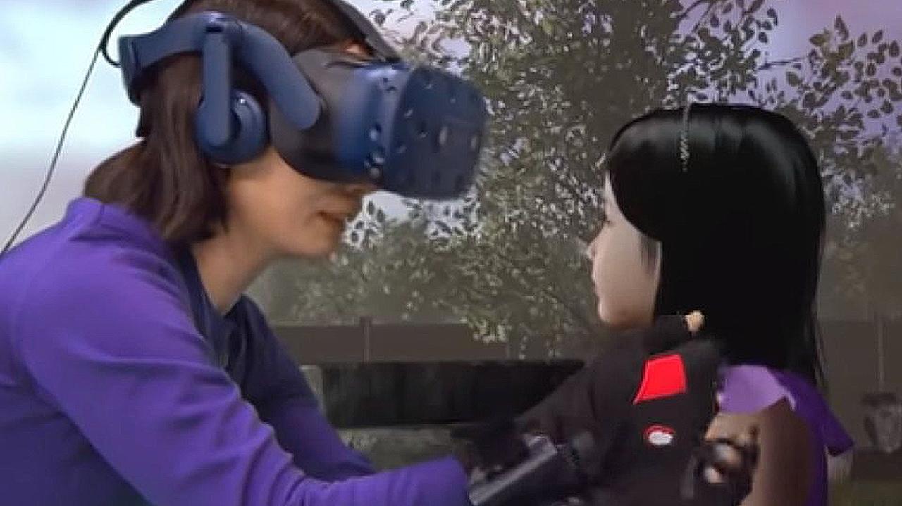 Así reacciona una madre al poder abrazar a su hija fallecida mediante realidad virtual