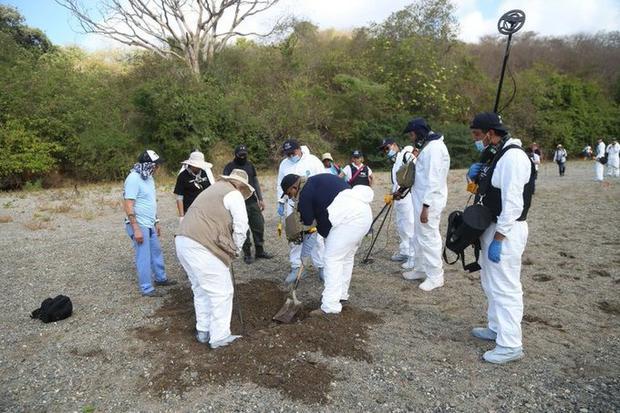 Hallan fosa clandestina con 11 cuerpos en Uruapan