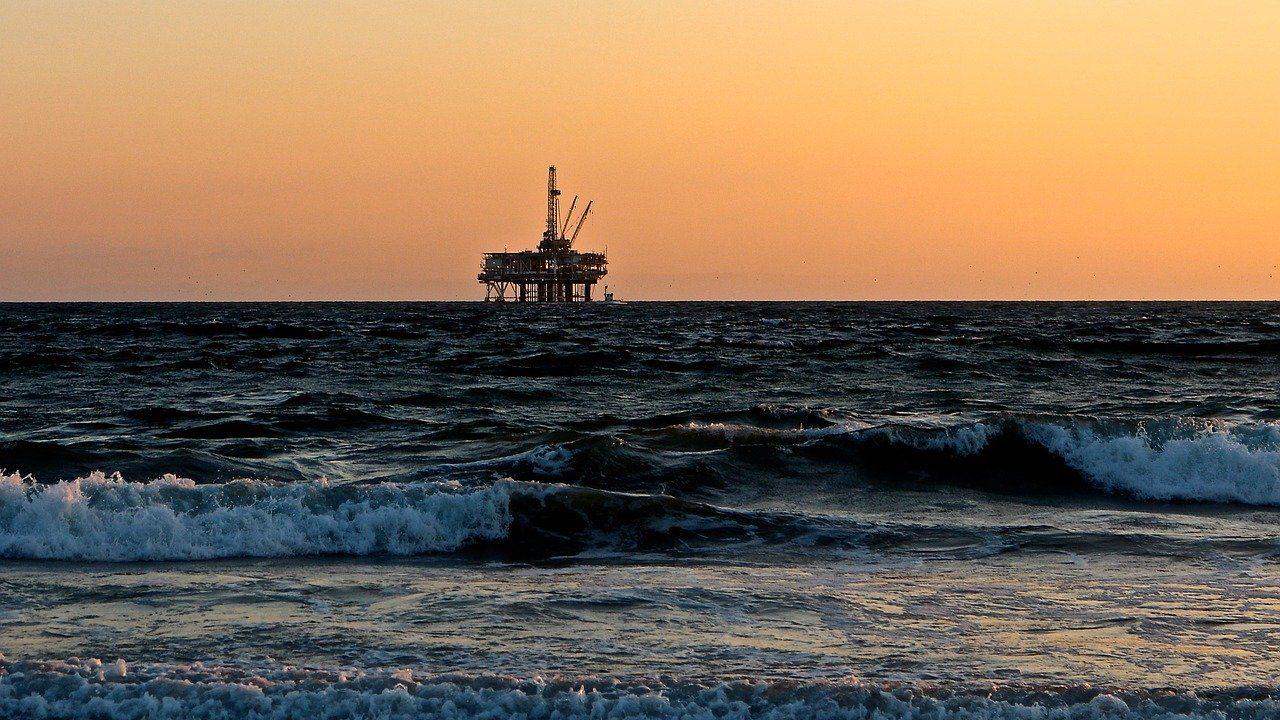 Producción petrolera de Pemex y privados cae en agosto