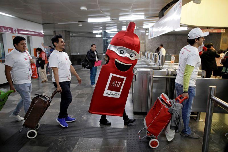 Por un San Valentín más responsable, reparten miles de condones en el Metro de CDMX