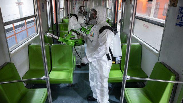 Cuadrilla de desinfección en Metro de la CDMX. Foto: Angélica Escobar/Forbes México.