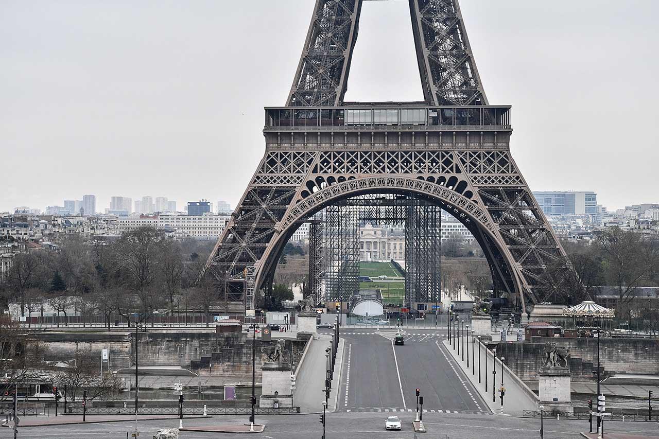 París cierra bares y limita bodas para frenar la pandemia