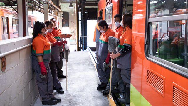 Cuadrilla de limpieza en Metro CDMX. Foto: Angélica Escobar/Forbes México.
