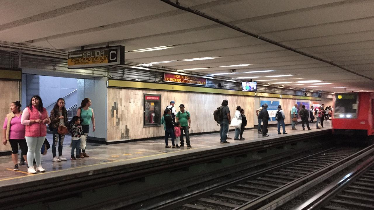 Familias, trabajadores, comerciantes, etc. esperando en Metro Balderas, una de las intersecciones más transitadas de la CDMX. Lunes 23 de marzo, 2020. Foto: Angélica Escobar/Forbes México.