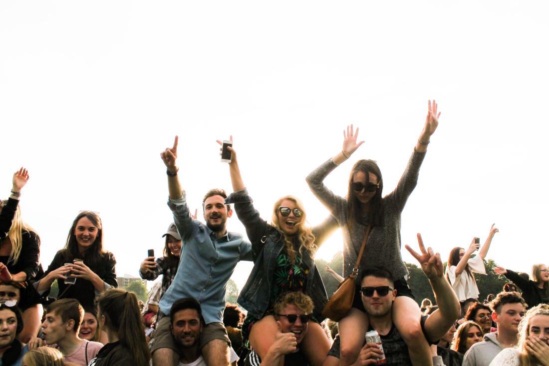 Millennials de EU no se preocupan por el coronavirus: el 38% sale y socializa