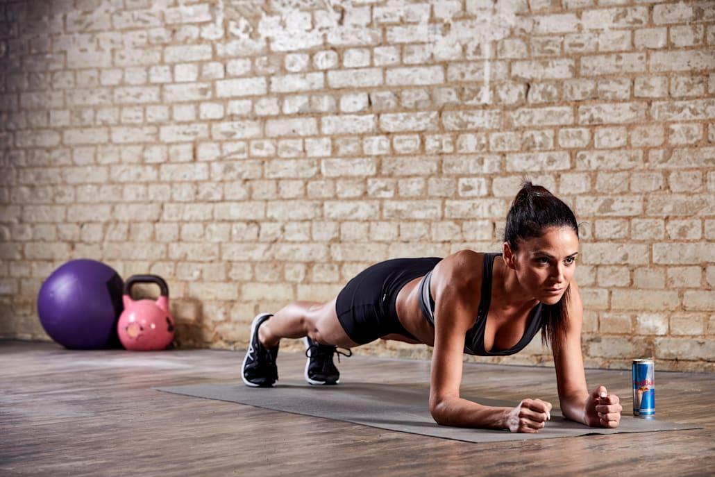 Mujer jovén haciendo plancha