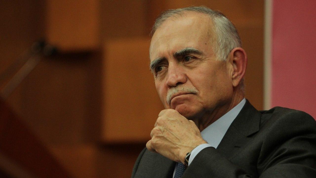 Alfonso Romo refuerza su oficina con los titulares de CNBV y Nafin