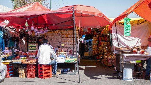 Muchos pasillos de este tianguis lucían vacíos, los puestos más concurridos son los de alimentos. Foto: Angélica Escobar/Forbes México.