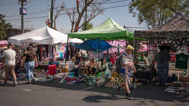Tianguis de los martes en Av. Santa Úrsula, Coyoacán. CDMX, Marzo 2020. Aunque sea poca la afluencia, la gente sigue saliendo a comprar, comer o pasear. Foto: Angélica Escobar/Forbes México.
