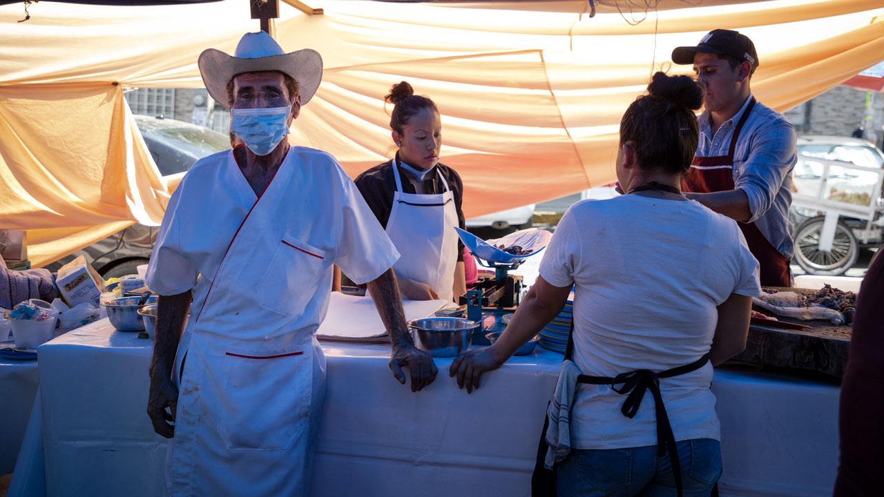Rubén Díaz García, dueño de puesto de barbacoa de Capulhuac. Él y su familia se instalan 4 días a la semana en CDMX, han invertido en gel antibacterial e insumos para seguir con las recomendaciones para evitar la propagación del virus. Foto: Angélica Escobar/Forbes México.