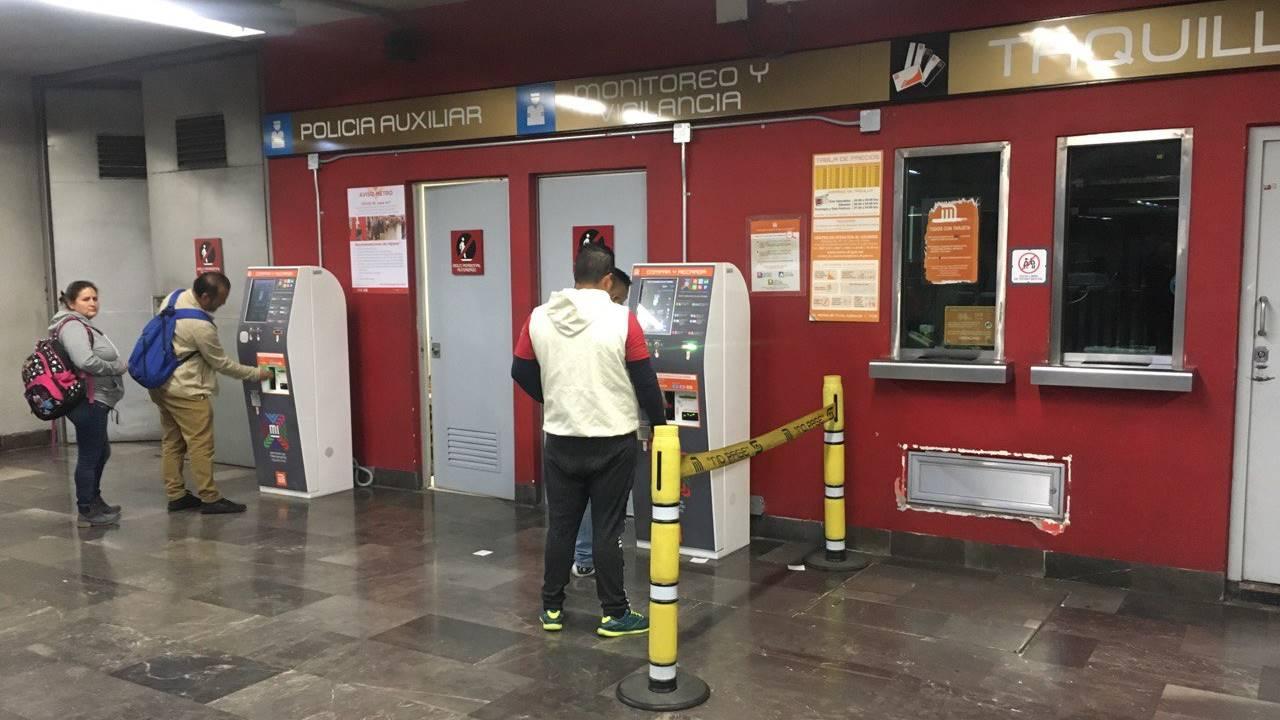 Metro da paso libre en estaciones ante falta de taquilleras por paro de mujeres