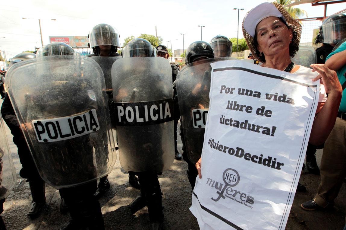 Mujeres marcharon por sus derechos a pesar del gas lacrimógeno, piedras y arrestos