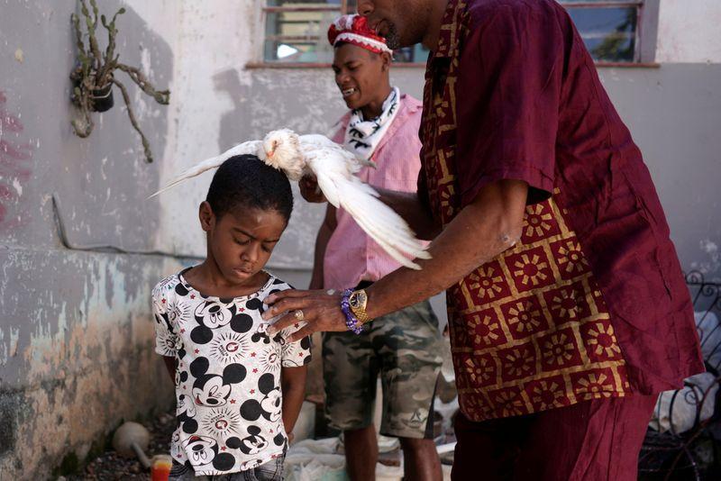 Con sacrificios de palomas y ritos africanos, la santería de Cuba busca protección ante el coronavirus