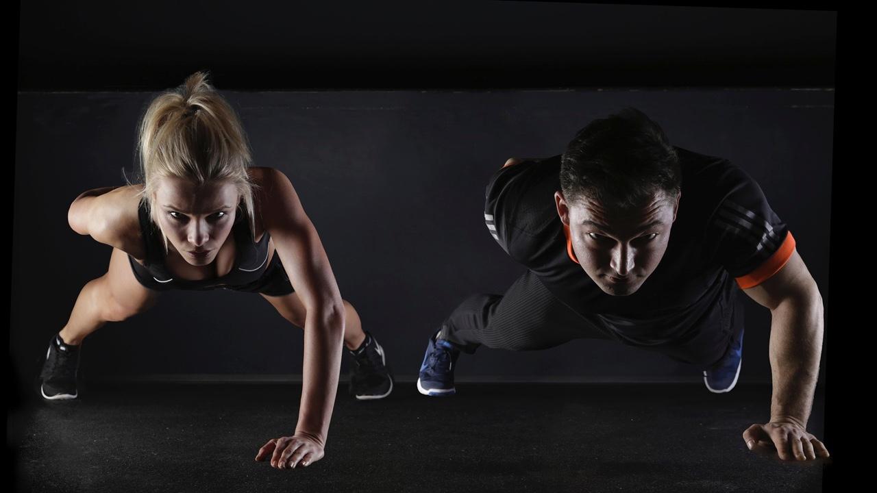 Mantén tu rutina de ejercicio con las clases en línea de estos gimnasios