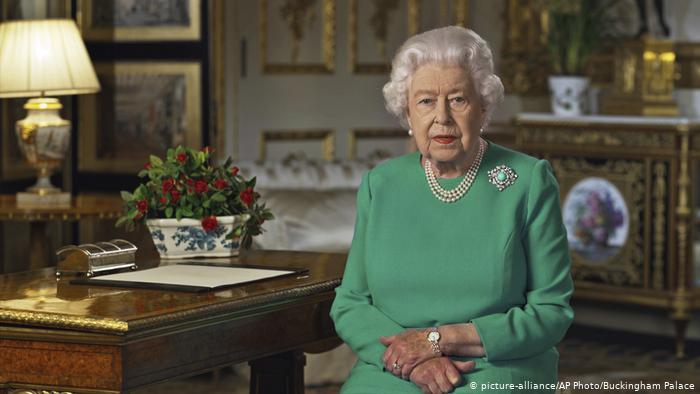 La reina Isabel II pide a los británicos permanecer 'unidos'