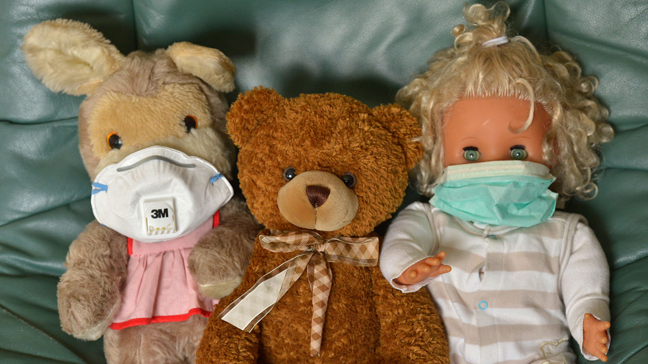 Coronavirus Alemania Doll and Teddy with mouthguard