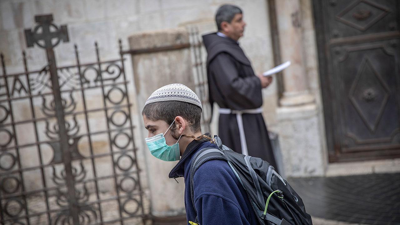 Israel reimpone uso obligatorio de cubrebocas tras aumento de variante Delta