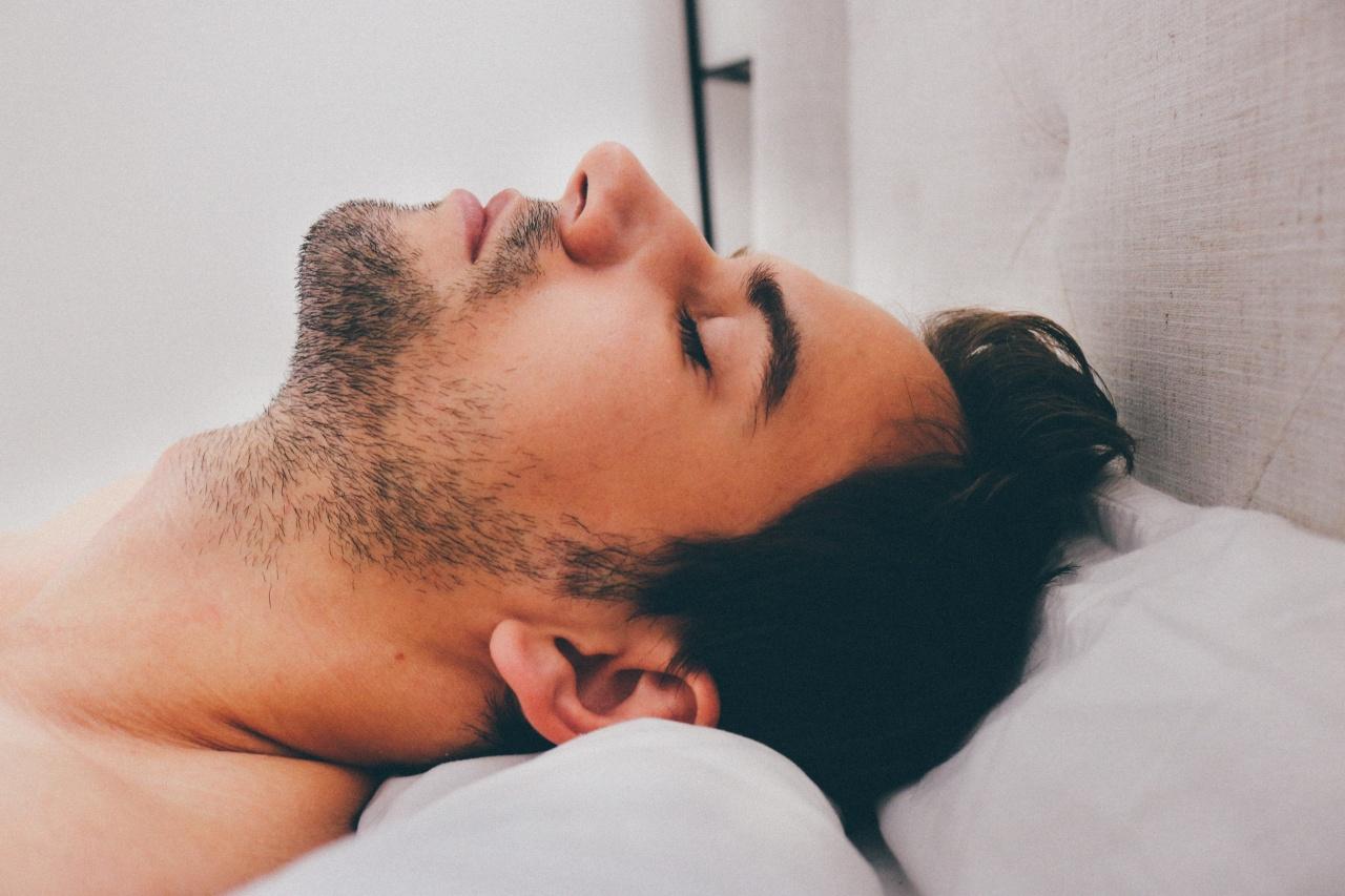Hombre joven descansando para controlar ansiedad