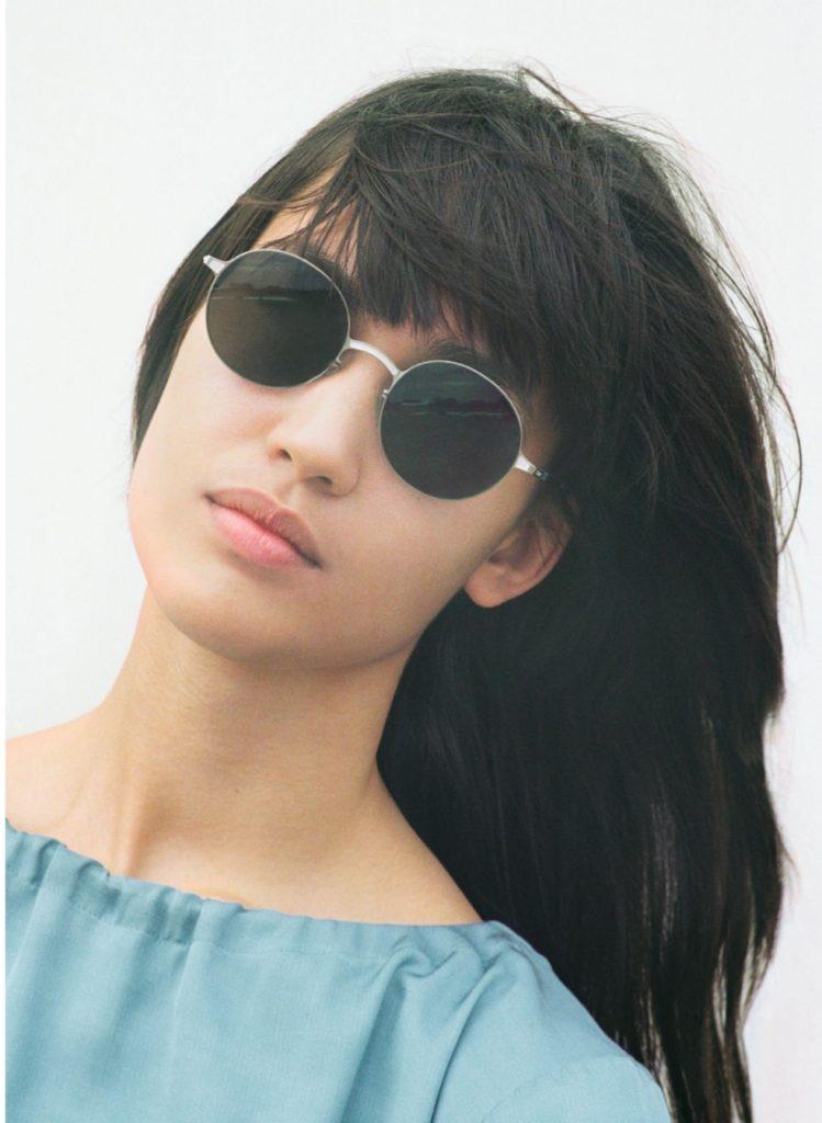 Mykita mujer con lentes de sol