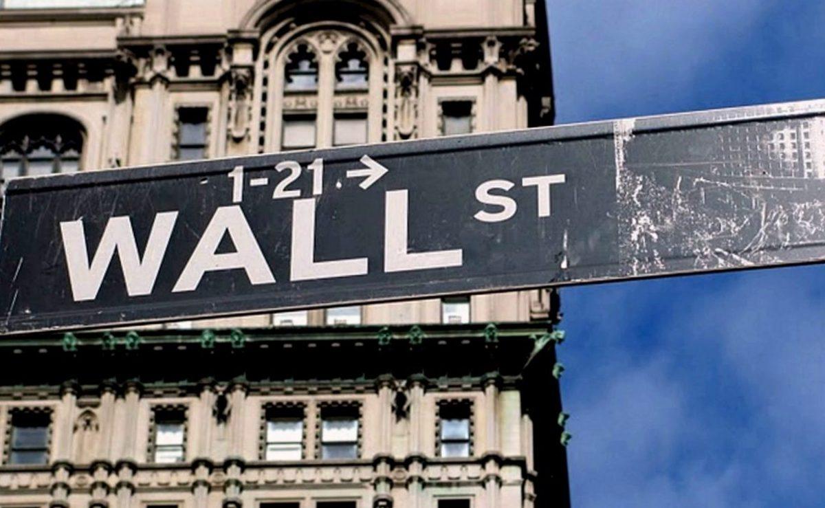 Wall Street cae tras aumento del desempleo en EU por coronavirus