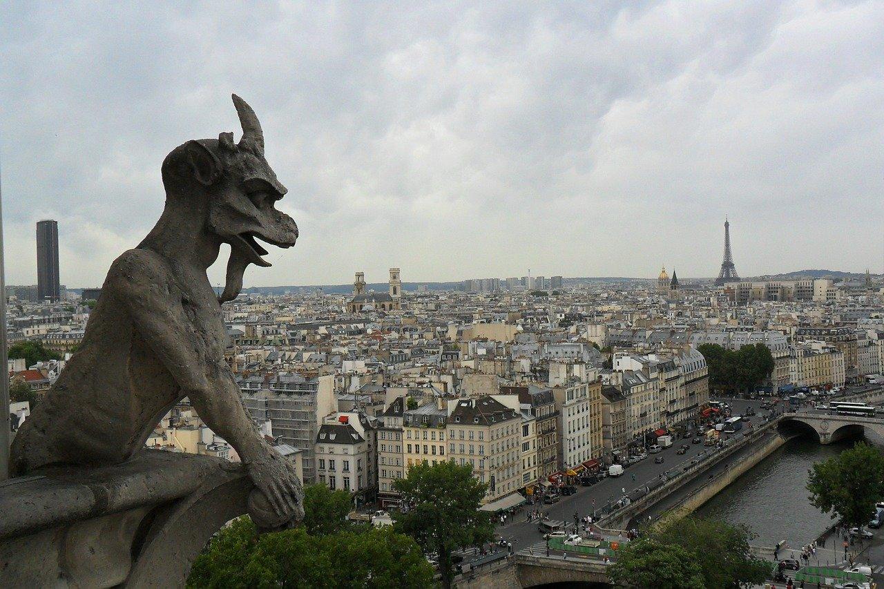 París impone uso de cubrebocas en mercados abiertos y en el Sena