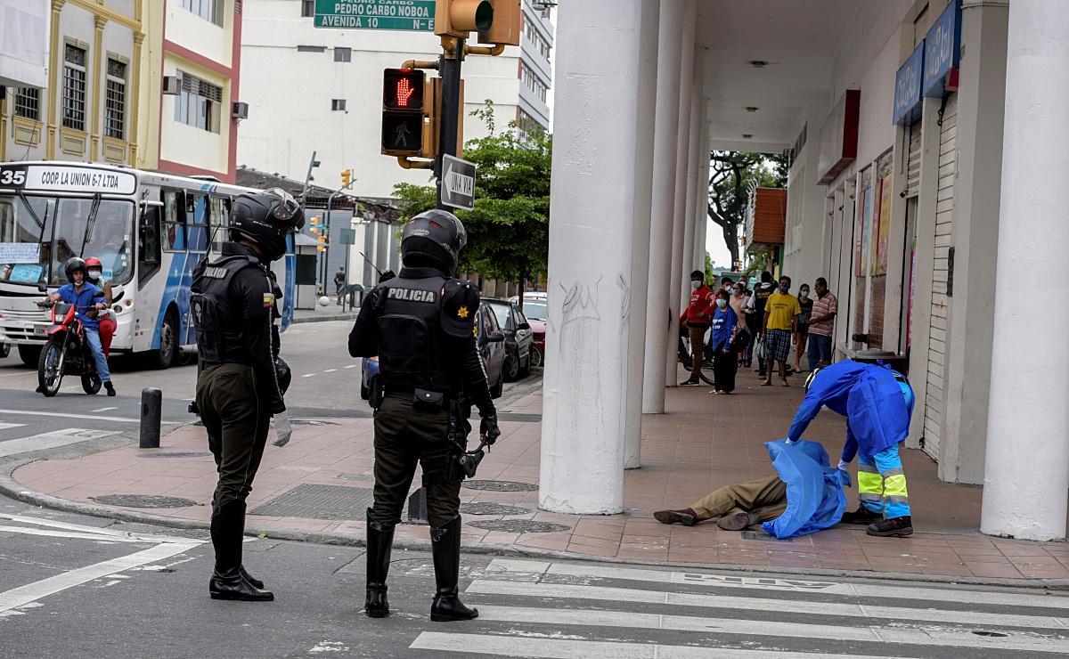 Ecuador lucha para recoger y sepultar muertos en medio de pandemia