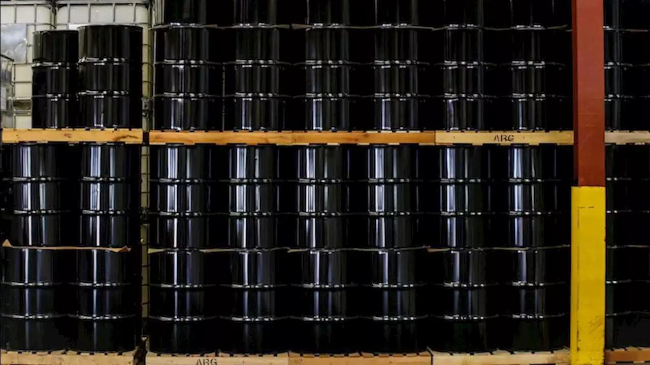 Petróleo cae bajo 45 dólares por dudas sobre demanda, pero cierra semana en alza
